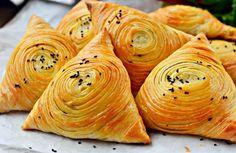 Samsa – tradičné uzbecké pečivo, veľmi chutné a svieže! Budete potrebovať: 350 g polohrubej múky 250 ml vody 200 g masla (alebo tuku, pokojne aj soškvarkami) 1,5 ČL soli 500 g chudého mäsa (najlepšie jahňacieho, môže byť aj bravčové či hovädzie) 3 cibule čierne korenie podľa chuti bylinky podľa chuti trochu škrobu 2 PL slnečnicového oleja 1 PL sezamu Postup