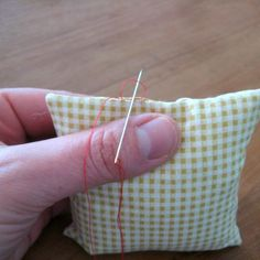 How to close a seam - invisible stitch tutorial (dutch) Sewing Hacks, Sewing Tutorials, Sewing Crafts, Sewing Projects, Sewing Stitches, Sewing Patterns, Invisible Stitch, Quilting Tools, Cross Stitch Finishing