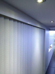 Cortinas verticales para cubrir un vestidor abierto.