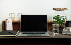 Grün am Arbeitsplatz erhöht die Produktivität und die Konzentration. Unsere Möbel bringen die Natur auf besondere Art und Weise an deinen Arbeitsplatz.  Das Besondere ist diese Pflanzen brauchen so gut wie keine Pflege. Water Plants, Office Workspace, Room Interior, Home Decor Accessories, Nursing Care, Nature