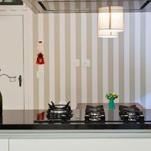 Cozinha com papel de parede Listrado