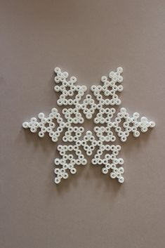 Disse HAMAperle-snefnug er lidt mindre og der er plads til en perle i midten. Pdf'en kan du hente lige her BONUS INFO: ... Perler Bead Designs, Diy Perler Beads, Pearler Bead Patterns, Perler Bead Art, Pixel Art Noel, Bead Crafts, Diy And Crafts, Christmas Perler Beads, Christmas Crafts