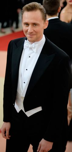 Tom Hiddleston at the Met Gala 2016. Higher resolution image (UHQ): https://i.imgbox.com/9qCCzLUs.jpg