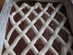 Einfacher und feiner Quark Blechkuchen, der zum Tee oder Frühstück Kaffee passt.