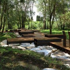 Brzegi rzeki Chiese we Włoszech od zawsze były miejscem spotkań dla całych pokoleń. Ta regionalna tradycja zaczęła zanikać przez ostatnie 20 lat i współcześnie piękno krajobrazu wokół rzeki jest doceniane głównie przez przyjezdnych. Więcej: http://sztuka-krajobrazu.pl/669/slajdy/architektura-krajobrazu-ndash-platformy-i-kladki-nad-rzeka