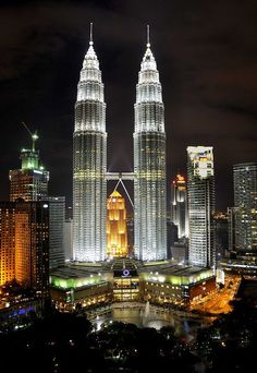 Torres Petronas, in Kuala Lumpur (Malasia) Amazing Places On Earth, Places Around The World, Beautiful Places, Around The Worlds, Amazing Buildings, Amazing Architecture, Modern Architecture, Kuala Lumpur, Photographie New York