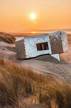 Couvert de miroirs par un inconnu, ce bunker de Dunkerque reste un mystère. 20…