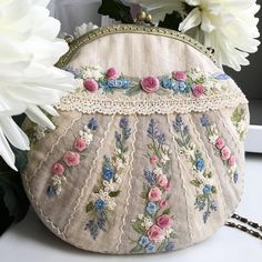 Вот так у меня почти всегда, начинаю шить одну сумочку, а заканчиваю другую. Эта вышивка ждала своей очереди около трёх лет. Если…