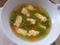 Vajcia rozšľaháme, s múkou vymiešame na kašičku a pridáme syr. Podľa potreby ešte pridáme syr alebo múku, aby sme lyžicou mohli tvárniť noky. Do... Thai Red Curry, Feta, Risotto, Soup, Cheese, Chicken, Cooking, Ethnic Recipes, Kitchen