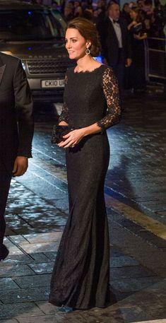 Duquesa de Cambridge. 'Look': La Duquesa acudió a la gala con un vestido largo y ajustado de encaje negro, firmado por Diane Von Furstenberg.