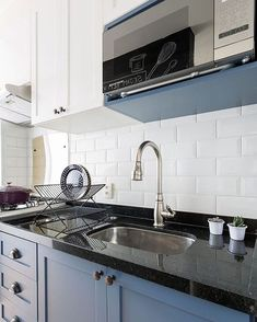 Kitchen Chandelier: See How to Choose Apart from Amazing Inspirations - Home Fashion Trend Kitchen Furniture, Kitchen Interior, Kitchen Decor, Kitchen Design, Diy Furniture, Le Plessis Robinson, Interior Paint Colors For Living Room, Kitchen Colour Schemes, Kitchen Cabinetry