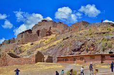 Pisac - Cusco - Peru  Com estruturas agrícolas militares e religiosas o local serviu pelo menos com um objetivo triplo. Pesquisadores acreditam que Písac defendeu a entrada sul do Vale Sagrado enquanto Choquequirao defendeu a entrada ocidental e a fortaleza de Ollantaytambo a norte. Pisac controlava uma rota que ligava o Império Inca com a borda da Floresta.Tour conduzido pela Fabulous Peru Tours.  Con estructuras militares religiosas y agrícolas el sitio sirvió al menos con un triple…