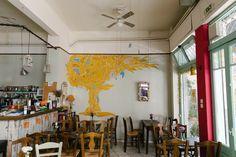 Ένα συνεταιρικό καφενείο ενάντια στην κρίση στα Κάτω Πετράλωνα Cafe Bar, Cafe Restaurant, Coffee Places, Hidden Places, The Neighbourhood, Greece, Traditional, Restaurants, Nostalgia
