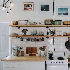 Disposez votre vaisselle sur des étagères murales. En optant pour une jolie vaisselle, c'est même une touche déco pour embellir votre cuisine.