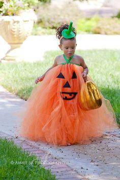 ハロウィンといえばオレンジのカボチャ。フワフワのドレスとゴールドのカボチャシルエットのバッグとのコーディネートもバッチリ。