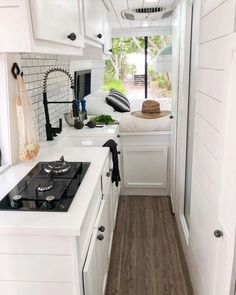 Van Conversion Bathroom, Van Conversion Layout, Van Conversion Interior, Camper Van Conversion Diy, Van Organization, Organizing, Camper Van Kitchen, Pop Up Shop, Saint Nazaire