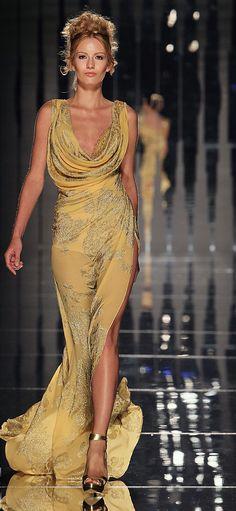 Fantástico vestido en tono dorado.