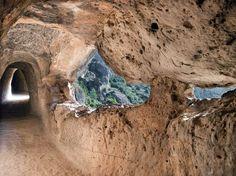 Descubre una de las rutas más fáciles y curiosas de Valencia. Peña Cortada te dejará sin palabras y caminar dentro de la roca es una experiencia inolvidable.