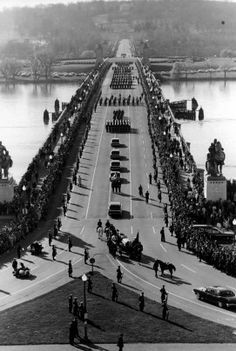 La procession aux funérailles du Président John F. Kennedy qui se dirige vers le cimetière Arlington. // The funeral procession for President John F. Kennedy, moves toward Arlington National Cemetery.