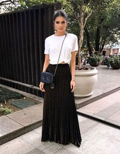 Summer is here (and if it's not summer where you are now, these summer looks might make you want to book a vacay to somewhere warm)! Below is a round up of some of the best street style outfits to inspire you this summer. Black Skirt Outfits, Maxi Skirt Outfits, Maxi Skirts, Maxi Skirt Black, Skirt Pleated, Flowy Skirt, Long Skirts, Skirt Fashion, Fashion Outfits
