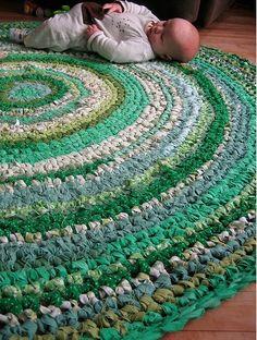Además de lo habitual (lana, algodón, angora, alpaca, acrílico…), hay tejedores que emplean los más variopintos materiales para sus creaciones de punto y ganchillo. La que sigue es sólo una pequeña…