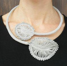 collana lavorata a crochet grigio e argento foglie