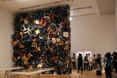 A artista japonesa Fumiko Kobayashi, de 37 anos criou uma parede do chão ao teto composta por cadeiras e roupas coletadas no bairro em que mora. A obra de arte está exposta no Museu de Arte Mori e é remanescente de destroços de um tsunami.