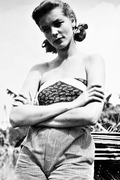 Lauren Bacall photographed on the set of The African Queen, 1951 Old Hollywood Glamour, Golden Age Of Hollywood, Vintage Hollywood, Hollywood Stars, Classic Hollywood, Hollywood Icons, Lauren Bacall, Divas, Bogie And Bacall