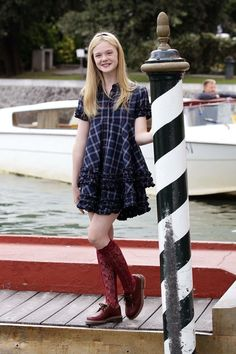 Elle Fanning Photos - Actress Elle Fanning attends the Venice Film Festival on September 2010 in Venice, Italy. Dope Fashion, Girl Fashion, Womens Fashion, Dr. Martens, Elle Moda, Dakota And Elle Fanning, Dresses For Teens, Beautiful Actresses, Film Festival