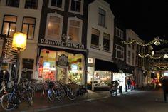 Van Vreumingen, de oudste tabakzaak van Nederland was ook sfeervol verlicht - De dag na kaarsjesavond 2013 was het tijd voor de eerste editie van Candlelight Shopping in Gouda. Geniet van Gouda in kerstsfeer.