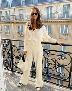 Click through to see the simple, yet stylish no-fail outfit that our editor wears every week. Daily Fashion, Spring Fashion, Yves Saint Laurent, Chill Outfits, Spring Looks, Spring Style, Parisian Chic, Minimal Fashion, Simple Outfits