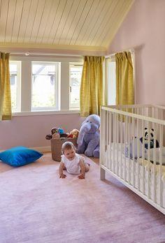 Rommet til ettåringen har fått rosa vegger og gult tak. Dere, Scandinavian Design, Toddler Bed, Ikea, Kids Rugs, Furniture, Home Decor, Pastel, Rome