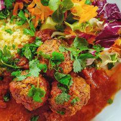 📢 Uusi resepti blogissa! Tyttären kotitaloustuntien innoittamana päätimme versioida oman yläasteaikaisen suosikkiruoan köksän tunnilta. Linkki blogiin biossa. Niin hyvää ja herkullista! 😋 Toimii myös salaatin seurana. 🥗 #lihapullat #meetballs #itämaisetlihapullat #kotitaloustunti #kotiruokaa #arkiruokaa Garam Masala, Chana Masala, Couscous, Curry, Cake, Ethnic Recipes, Food, Instagram, Mascarpone