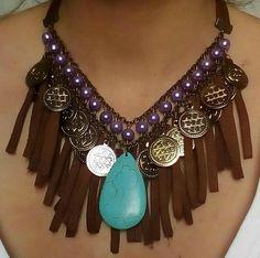 Maxi colar de pérolas de vidro, couro, pedra turquesa Central e medalhas em ouro velho.