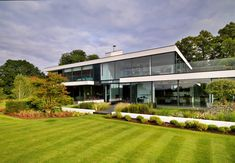 A Modern Country House On The Banks Of The River Thames par le studio Gregory Phillips Architects Bauhaus, Patio Grande, Architecture Résidentielle, Architects London, Country Modern Home, House Built, Minimalist Home, Luxury Homes, Building A House