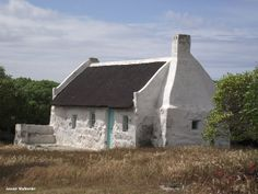 One of the original fisherman's cottages at Struisbaai. Still in use as a holiday cottage. Irish Cottage, Old Cottage, Cottage Ideas, Cabins And Cottages, Beach Cottages, Pioneer House, Fishermans Cottage, Boat Drawing, African House