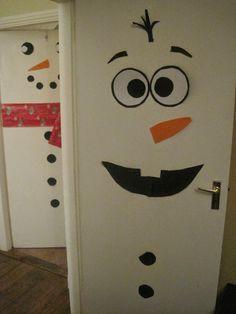Frozen Olaf Door http://childrensartscraftsblog.blogspot.ie/2014/12/frozen-olaf-door-decoration.html
