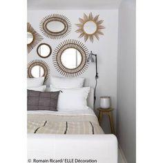 Idee deco n 4 une chambre avec un pan de mur ou les miroirs en rotin s accumulent