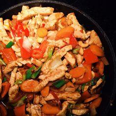 Brug de grøntsager du har i køleskabet eller dem du bedst kan lide, kalkun-, kylling- eller svinekød og nudler eller ris. Lav saucen efter o...