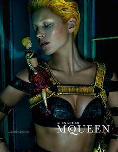 Coi capelli corti e in un'atmosfera quasi horror, la grande modella inglese ha prestato volto e corpo alla nuova campagna pubblicitaria di Alexander McQueen.