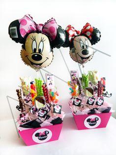 Centros de mesa de Minnie con dulces y globo decorativo