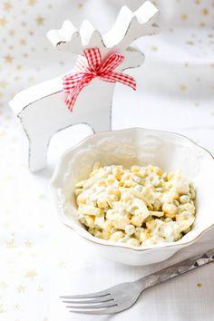 Przepis n sałatkę śledziową z kukurydzą i groszkiem zrobioną ze śledzi w oleju Feta, Salads, Cheese, Salad, Chopped Salads