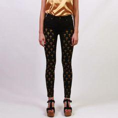El pantalón rockero: jean con cruces de Caro Criado, disponible en http://oonika.com/Product/15864