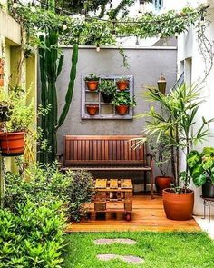 These small patio ideas below show you the way to turn your narrow backyard into an entertaining outdoor spot. Small Balcony Garden, Small Courtyard Gardens, Small Courtyards, Small Backyard Gardens, Backyard Garden Design, Small Garden Design, Vertical Gardens, Small Patio, Patio Design