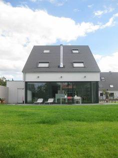 Neubau eines  Einfamilienhauses  mit Garage  50999 Köln: Modern Häuser von STRICK  Architekten + Ingenieure