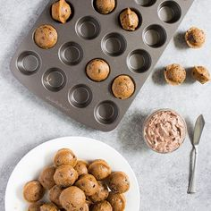 These mini mocha muffins are filled with chocolate chips and a have hint of coffee flavor. And the mocha cream cheese spread is AMAZING! Coffee Muffins, Mini Muffins, Blue Berry Muffins, Pork Chops And Rice, Baked Pork Chops, Cream Cheese Spreads, Cream Cheese Recipes, Easy Homemade Alfredo Sauce, Chocolate Muffins