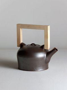 Onggi Teapot with maplewood handle by Matthias Kaiser.