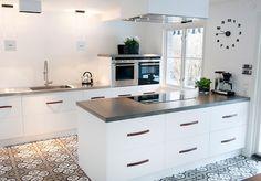 Hemma hos | Brand New Kitchen Pine Kitchen, Kitchen Dining, Kitchen Decor, Kitchen Cabinets, Gray Quartz Countertops, Concrete Countertops, Kitchen Ideas Australia, Little Kitchen, Cuisines Design