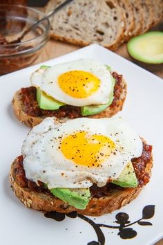 Bacon Jam Breakfast Sandwich with Fried Egg and Avocado Ingredients 1 teaspoon bacon grease or butter 4 eggs 4 slices bread, lightly toasted (I used multigrain) 1/4 cup bacon jam, warm 2 avocados, sliced 8 slices bacon, cooked (optional) salt and pepper to taste Directions