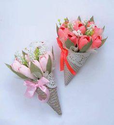 Nguyên liệu làm bó hoa ốc quế như sau: - Giấy bìa màu hoa văn 2 mặt - Giấy trang trí hình tròn màu trắng - Xốp cắm hoa - Dây ruy-băng - Dây dạ xù màu trắng (có thể thay bằng dây giấy nhỏ hay vải voan mỏng) - Hoa giấy